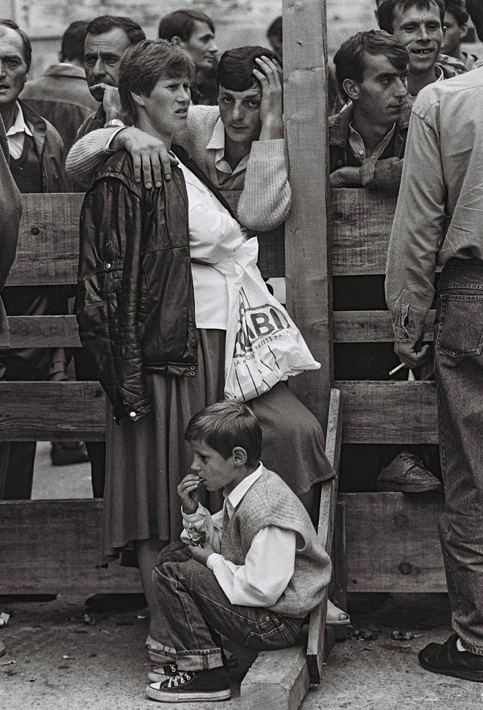 Kroatien, Karlovac, 1992, freigekommene M?nner werden aus serbischen Internierungslagern von Ihren Familien empfangen. (Portrait, Reportage, on location, redaktionell)
